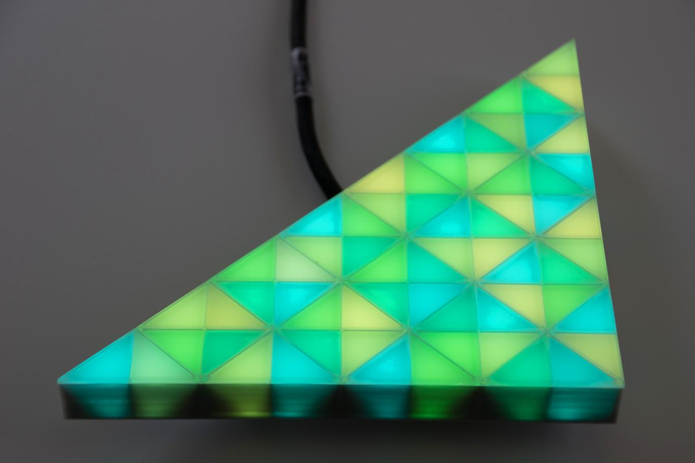 voll videofähiges, grün leuchtendes LED-Modul in einer dreieckigen Form