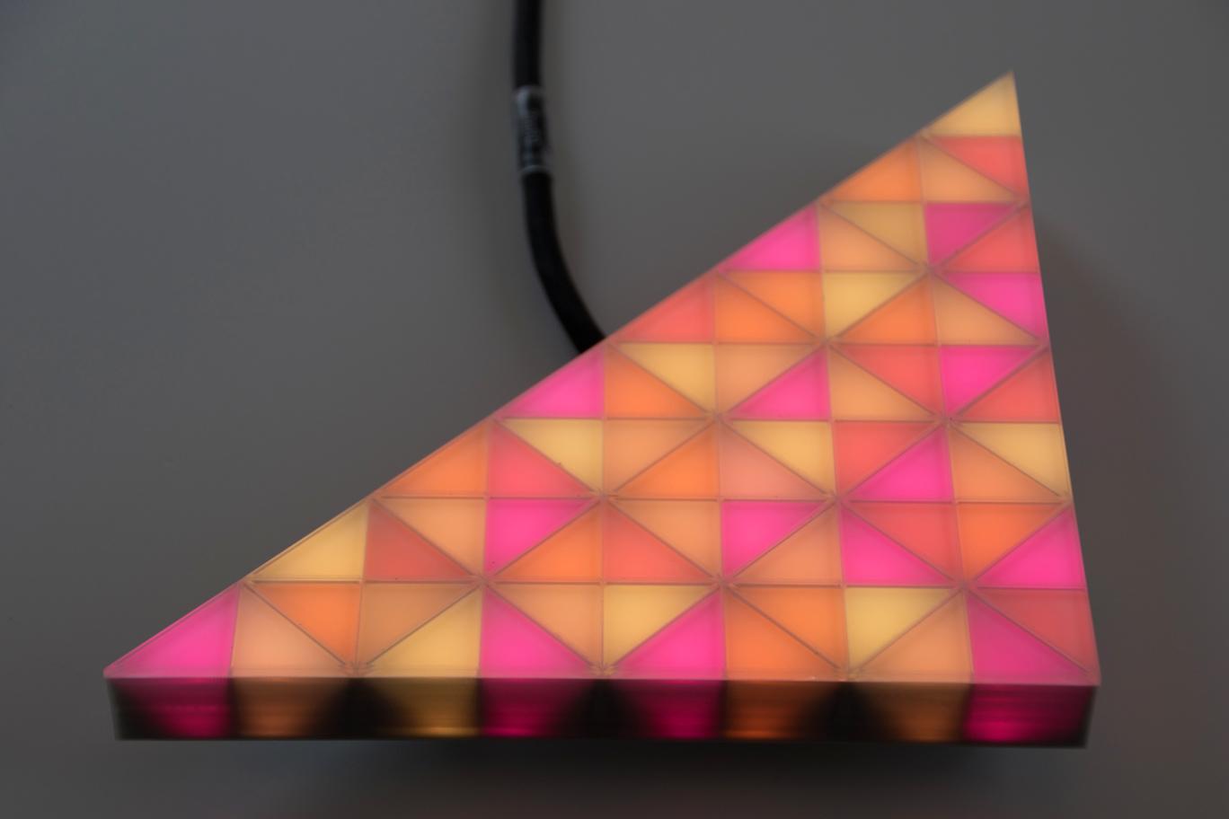 voll videofähiges, orange leuchtendes LED-Modul in einer dreieckigen Form